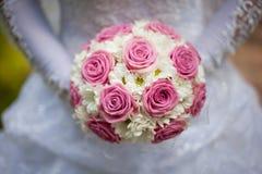 De bruid die het huwelijksboeket houden royalty-vrije stock foto