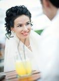 De bruid die van de schoonheid met bruidegom spreekt Stock Foto