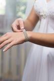 de bruid draagt een decoratie Royalty-vrije Stock Foto