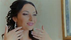 De bruid draagt huwelijksoorring stock footage