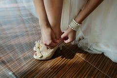 De bruid, in een luxueuze huwelijkskleding stock afbeeldingen