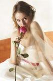De bruid in een mooie huwelijkskleding inhaleert aroma o Stock Afbeeldingen