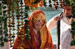 De bruid in een traditioneel Indisch huwelijk Stock Foto's