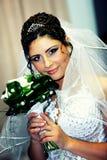 De bruid in een witte kleding Stock Foto's