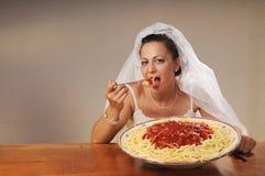 De bruid eet spaghetti Stock Fotografie