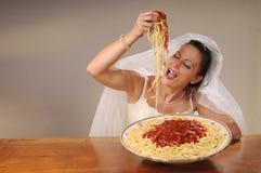 De bruid eet spaghetti Royalty-vrije Stock Foto's