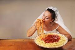 De bruid eet spaghetti Royalty-vrije Stock Fotografie