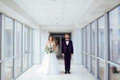 De bruid en de bruidegom in het hotelgebouw stock foto
