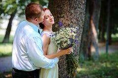 De bruid en de bruidegom houden elkaar overhandigt terwijl zij langs lopen stock afbeeldingen