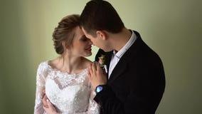 De bruid en de bruidegom koesteren en kus stock video