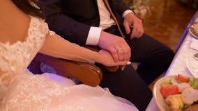 De bruid en de bruidegom om een hand te houden stock footage