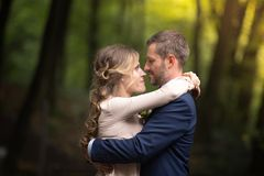 De bruid en de bruidegom omhelzen Stock Foto's