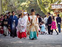 De bruid en de bruidegom volgen Shinto-priesters aan Atsuta-Heiligdom, Nagoya, Japan stock foto's