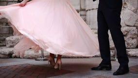 De bruid en bruidegomdans Het meisje in de dans spint rond haar stock footage