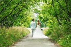 De bruid en de bruidegom in de steeg Royalty-vrije Stock Fotografie