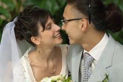 De bruid en de bruidegom in de tuin Stock Foto's