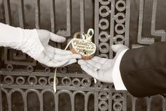 De bruid en de bruidegom hangen traditioneel slot voor happin Stock Foto