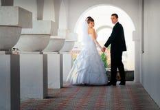 De bruid en de bruidegom keken terug Stock Foto's