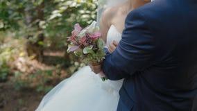 De bruid en de bruidegom stellen in het hout stock footage