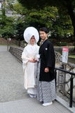 De bruid en de bruidegom in traditionele uitrusting van Shinto-Godsdienst Stock Fotografie