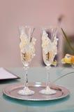 De bruid en de bruidegom van huwelijksglazen met champagne Royalty-vrije Stock Foto's