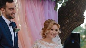 De bruid en de bruidegom zeggen ik  stock video
