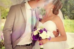 De bruid en de bruidegomholdingshanden van het huwelijkspaar Stock Foto