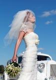De bruid en de huwelijksauto Stock Afbeeldingen