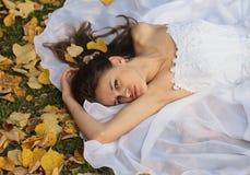 De bruid gaat in de herfst weg stock fotografie