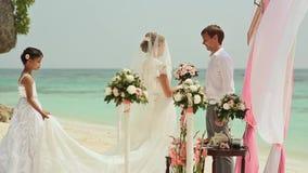 De bruid gaat naar de bruidegom op het strand Huwelijksceremonie bij het strand van de Filippijnen stock videobeelden