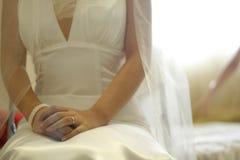 De bruid gaat zitten op het bed Stock Foto