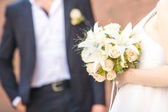 De bruid houdt Boeket Royalty-vrije Stock Afbeeldingen