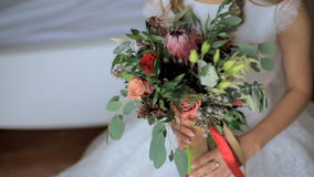 De bruid houdt een huwelijksboeket stock video