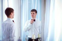 De bruid kijkt in de spiegel Stock Foto
