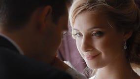 De bruid komt verzorgen en hij kust haar handen stock videobeelden