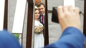 De bruid kust de bruidegom tijdens selfie stock video