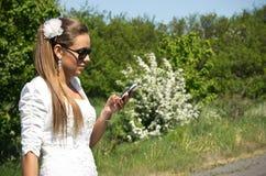 De bruid maakt vraag op mobiele telefoon Royalty-vrije Stock Afbeeldingen