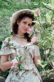 De bruid met parel parelt dichtbij magnoliabloemen royalty-vrije stock fotografie
