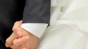 De bruid neemt de bruidegom` s hand De handen van de het paarholding van het huwelijk stock video