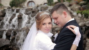 De bruid omhelst bruidegom stock footage