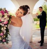 De bruid onderzoekt de afstand Stock Afbeelding