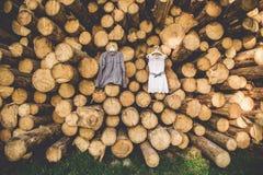 De bruid` s kleding hangt op bomen Royalty-vrije Stock Fotografie