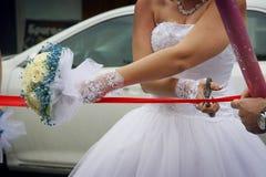 De bruid snijdt het lint royalty-vrije stock foto's