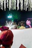De bruid van de bruidegomkous terwijl zij die aan het huwelijk komen - India Stock Foto