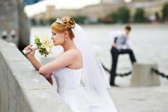 De bruid van de bruidegom adn voor gang op dijkrivier Stock Foto's