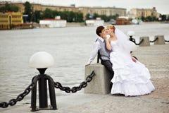 De bruid van de bruidegom adn voor gang op dijkrivier Stock Foto