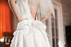 De bruid van de bruidsmeisjekleding voor de huwelijksdag Bruidsmeisjehulp met een witte kleding vóór de ceremonie Bruids luxe Stock Afbeelding