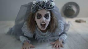De bruid van dracula op de vakantie van Halloween Een meisje kleedde zich aangezien een draculabruid aan de camera kruipt, die ha stock videobeelden
