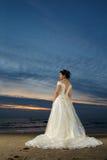 De bruid van het strand bij zonsondergang Stock Foto