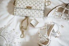 De bruid van vrouwen ?s toebehoren Handtas, schoenen, ringen, bruids parfum royalty-vrije stock foto's